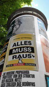 """Der Werbe-Roman """"Alles muss raus"""" auf einer Plakatsäule"""