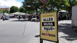 """In München Plakat mit """"Alles muss raus"""" der Werbe-Roman"""